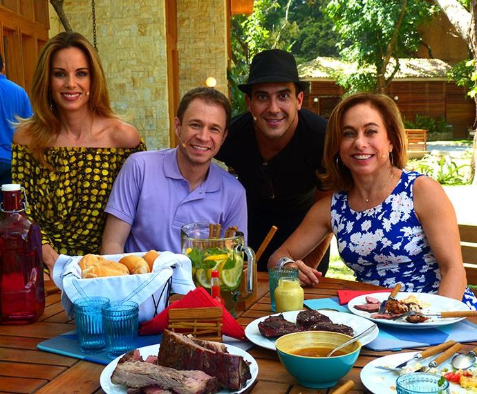 Apresentadores do 'É de Casa' aproveitam churrascada no programa (Foto: Gabriela Bispo/Gshow)