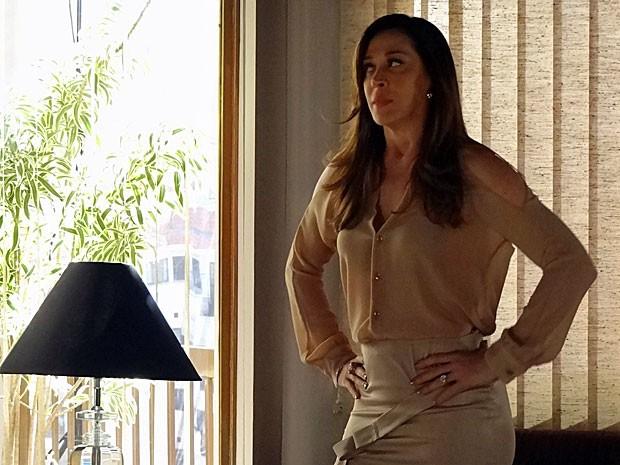 Livia não gosta da companhia de Haroldo em Madri (Foto: Salve Jorge/TV Globo)