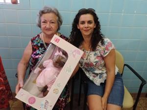 Paula Ricci, de 75 anos, ganhou uma boneca da defensora pública Phenelope Carvalho de Almeida (Foto: Heloise Hamada/G1)