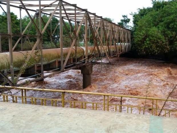 Segundo a Sanepar, nível do Rio Pirapó, que abastece parte de Maringá, subiu oito metros acima do normal com as chuvas que atingiram a região (Foto: Sanepar / Divulgação)