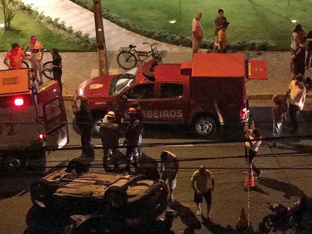 Carro capotou no bairro de Boa Viagem, na Zona Sul do Recife, na noite desta quinta-feira (11) (Foto: Reprodução/WhatsApp)