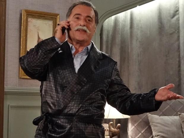 Misterioso, Otávio fala com ex-amante no telefone (Foto: Guerra dos Sexos/ TV Globo)