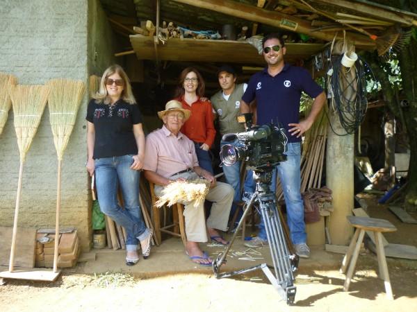 Equipe que produziu reportagem em Treviso com seu Laurindo (Foto: Rúbia Ramos/Divulgação)