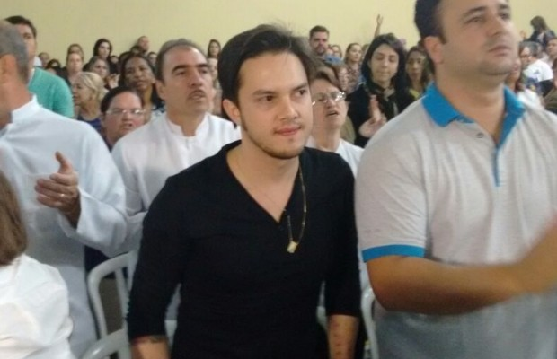 Empresário de Cristiano Araújo, Victor Leonardo, também participa da missa em homenagem ao cantor em Goiânia, Goiás (Foto: Sílvio Túlio/G1)