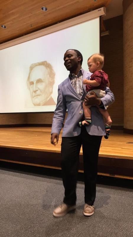 Professor com o menino no colo (Foto: Reprodução - Facebook)