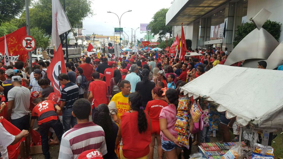 Concentração de manifestantes começou por volta das 15h na avenida Salgado Filho (Foto: Thyago Macedo/G1)
