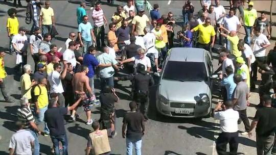 Protesto de taxistas tem tensão, bombas e gás no Rio; veja vídeos