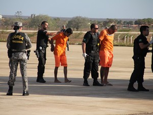 Presos do sistema penitenciário catarinense desembarcaram neste sábado (16) em Mossoró, no RN (Foto: Marcelino Neto)