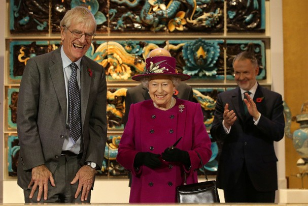LONDON, ENGLAND - NOVEMBER 08: Queen Elizabeth II is accompanied by Chairman of the Trustees of the British Museum, Sir Richard Lambert at the reopening of the Sir Joseph Hotung Gallery of China and South Asia at the British Museum on November 8, 2017 in  (Foto: Getty Images)