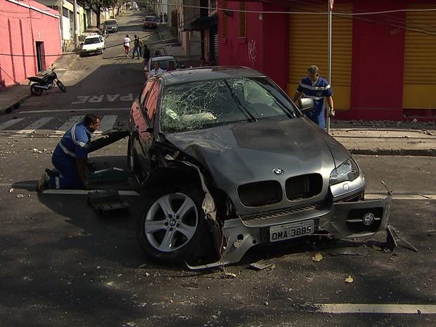 BMW derruba poste na Região Noroeste de Belo Horizonte (Foto: Reprodução/TV Globo)
