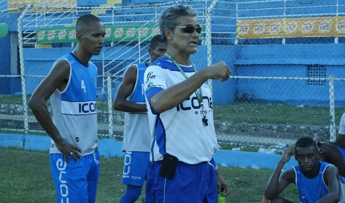 Vito Capucho já orienta os jogadore do Vitória-ES em seu primeiro treino, nesta segunda (Foto: Richard Pinheiro/GloboEsporte.com)