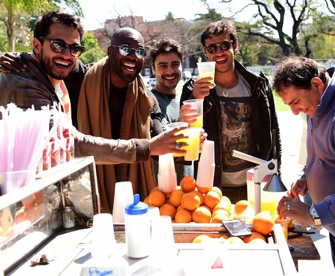 Raphael Vianna, Rafael Zulu, Guilherme Leicam e Nando Rodrigues bridam na Recoleta com suco de laranja (Foto: Joãp Cotta / TV Globo)