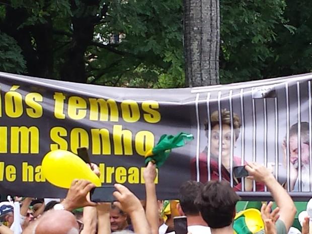 Faixa 'Nós temos um sonho' pede a prisão da presidente Dilma Rousseff e do ex-presidente Luiz Inácio Lula da Silva durante ato em Belo Horizonte (Foto: Thaís Pimentel/G1)