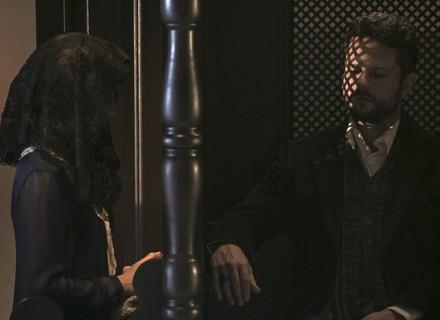 Mariana vai se confessar, mas no lugar do padre está Augusto