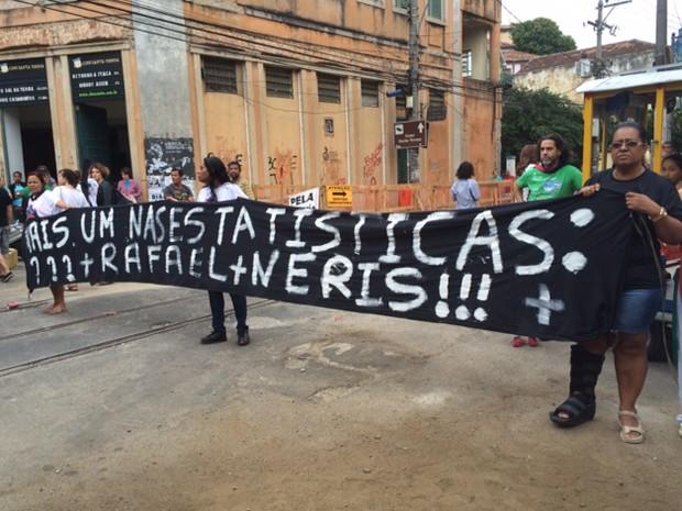 Parentes de Rafael Neris mostram uma faixa no protesto em Santa Teresa (Foto: Cristina Boeckel/G1)