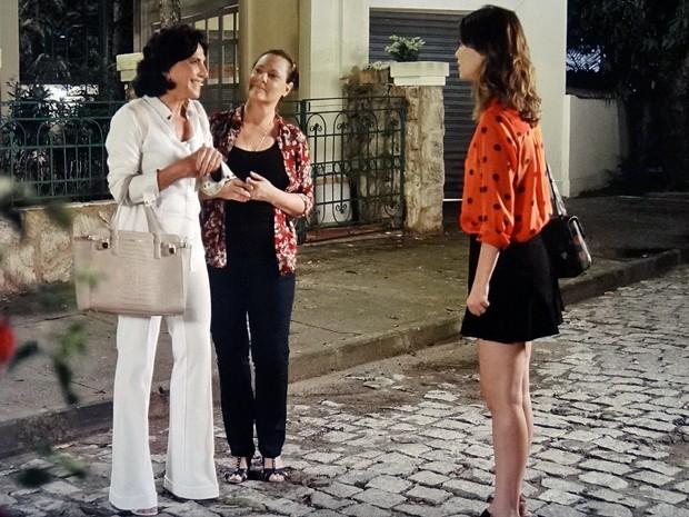 Laura fica intrigada quando descobre que Adriana e Tina estavam falando dela (Foto: Gshow)
