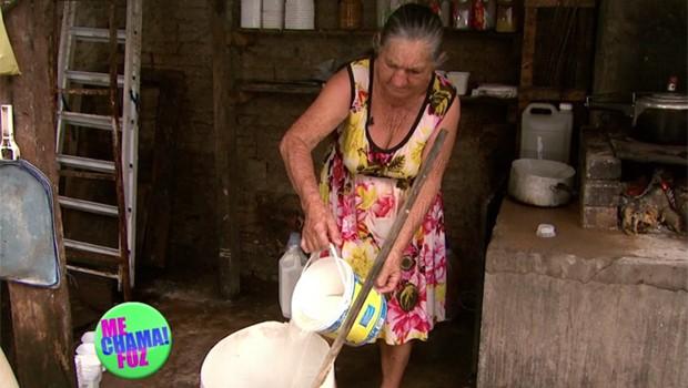 Com mais de 70 anos, dona Margarida faz sabão caseiro para ajudar na renda da família (Foto: Reprodução/RPC)