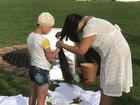 Artista corta cabelo em performance e doa para vítima de escalpelamento