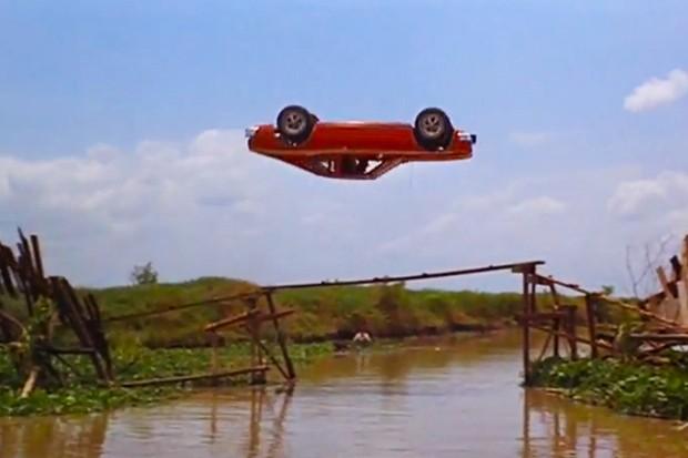 AMC Javelin faz pirueta de verdade em O Homem da pistola de ouro. Já o avião carro... (Foto: Reprodução)