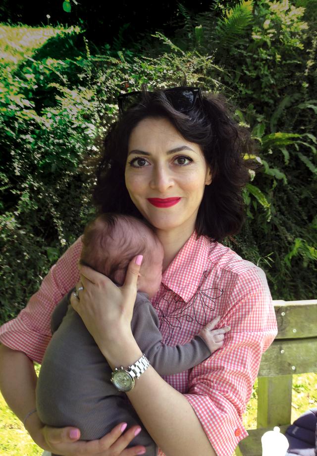 Hélène e o filho, na época recém-nascido (Foto:   )