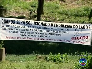 Moradores já protestaram para reclamar de mau cheiro no local (Foto: Reprodução/TV TEM)