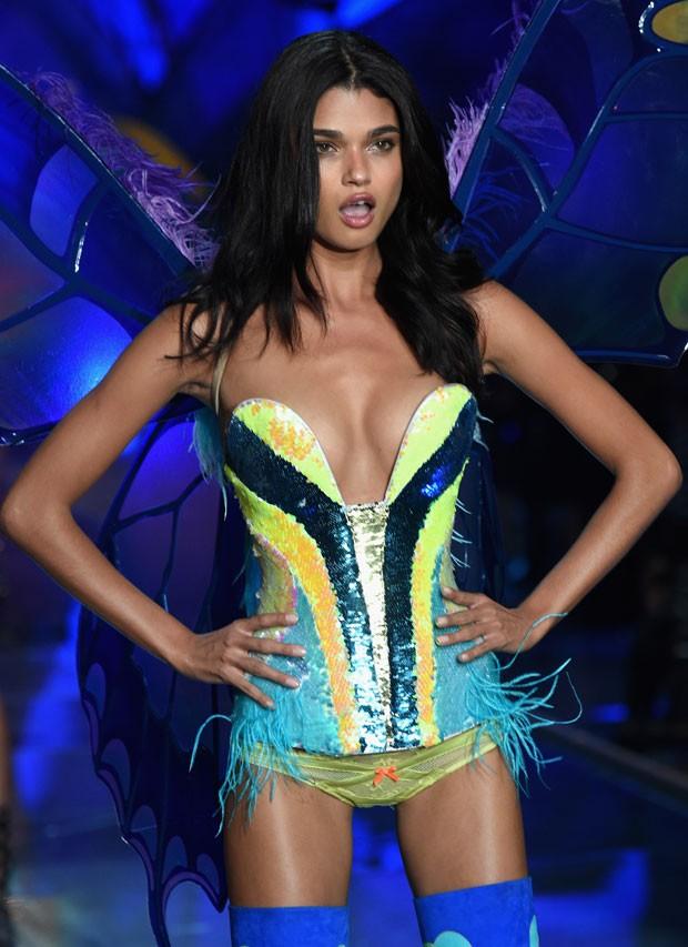 A modelo faz pose na passarela do Victorias Secret Fashion Show 2015 (Foto: Getty Images)