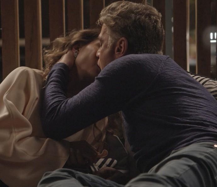 Arthur e Natasha se beijam mais uma vez (Foto: TV Globo)