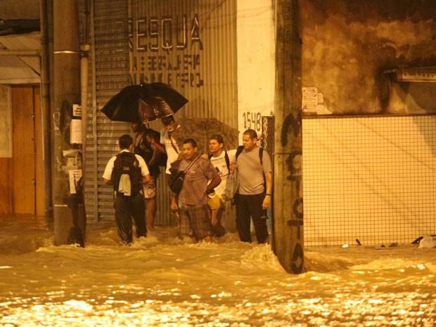 Em Bonsucesso, pessoas ficaram ilhadas durante o temporal (Foto: Wallace Barbosa de Araujo / VC no G1)