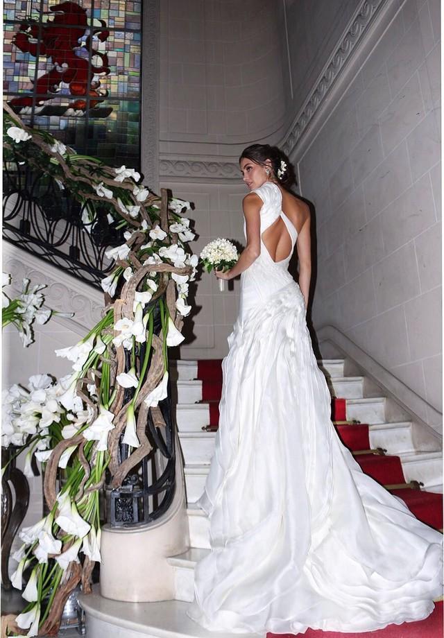 O vestido de noiva, criado pelo estilista (Foto: Aderbal Freire e  Fernanda Scott)