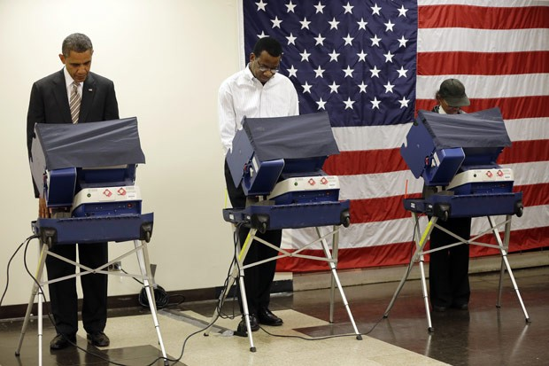 Obama vota no Centro Comunitário Marther Luther King, em Chicago, nesta quinta (25) (Foto: Pablo Martinez Monsivais / AP)