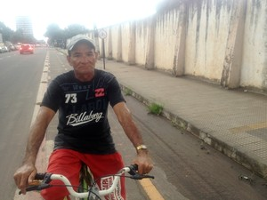 Auxiliar de serviços gerais Valdir Pelaes atravessa a cidade pedalando todos os dias (Foto: Abinoan Santiago/G1)