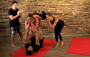 Grazi Massafera e Preta Gil experimentam uma aula de Acro Yoga