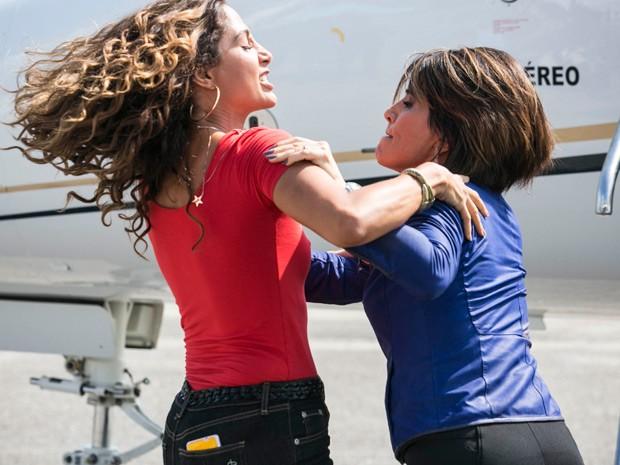 Regina e Beatriz saem no tapa (Foto: Raphael Dias/Gshow)