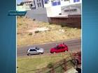 Moradores filmam roubo de carro à luz do dia em Samambaia, no DF; vídeo