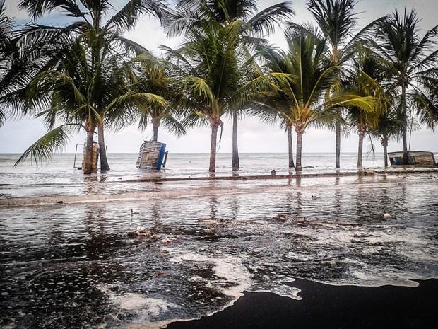 Foi registrado pela internauta Alisson Teotônio uma ressaca no mar que banha a praia do Cabo Branco, no final da tarde desta terça-feira (12). De acordo com o Banco Nacional de Dados Oceanográficos (BNCO), a maré chegou a 2,6 metros por volta das 16h50 desta terça. Ainda conforme a tábua de mares do BNCO, o mar deve chegar a esta altura em outros três dias de março. Dia 27 às 16h30, dia 28 às 4h51 e dia 29 às 5h26 (Foto: Divulgação/Alexandre Feliciano)