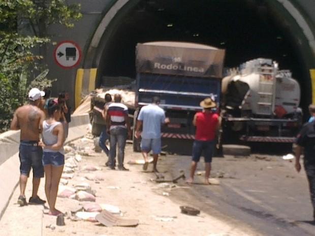 Caminhões bloquearam um túnel na descida da serra (Foto: G1)