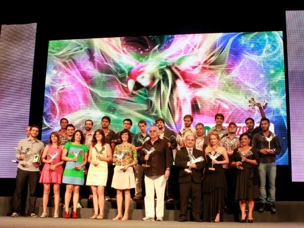 Foto oficial com todos os vencedores da noite (Foto: Mônica Dias/G1)