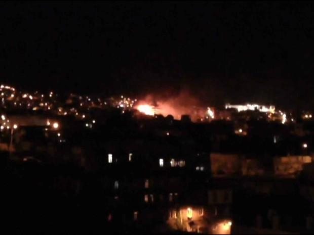 Incêndio de grandes proporções atinge casas em Valparaíso, no Chile/GNews (Foto: Reprodução GloboNews)