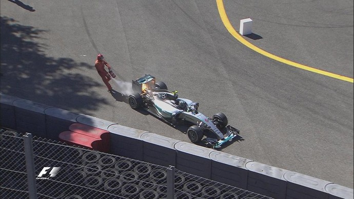 Fiscais controlam princípio de incêndio no motor da Mercedes de Nico Rosberg no GP da Itália (Foto: Reprodução / Twitter)