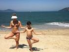 Kelly Key mostra gominhos no abdômen em dia de praia com o filho