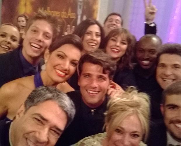 Willian Bonner corta algumas estrelas ao tentar fazer o 'selfie' do ano (Foto: Domingão do Faustão/ TV Globo)