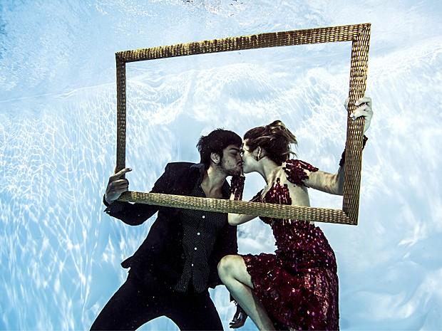 Pausa para beijinho do casal estiloso! (Foto: Neto Fernandez / Divulgação)