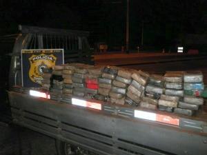 Pasta base de cocaína estava em fundo falso de carroceria, diz PRF (Foto: PRF/ Divulgação)