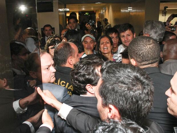 Tumulto na porta da Comissão de Direitos Humanos da Câmara, presidida pelo deputado Marco Feliciano, que deixou a sessão após oito minutos (Foto: André Borges / Folhapress)