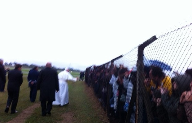 Papa Francisco vai mesmo com chuva ao encontro dos fieis que o aguardavam no aeroporto de São José dos Campos (Foto: Alexandre Awi Mello/Arquivo Pessoal)