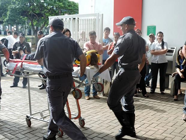 Agente do Corpo de Bombeiros realizaram o falso socorro (Foto: Mariane Peres/G1)