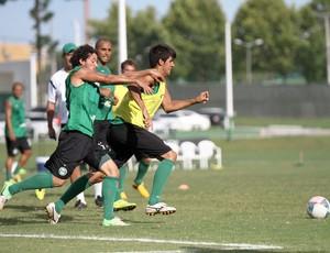 Leandro Almeida e Arthur disputam bola no treino do Coritiba (Foto: Divulgação / Site oficial do Coritiba)