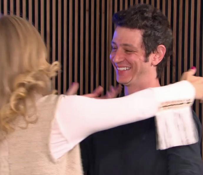 Angélica abraça marido de Mariana Santos (Foto: TV Globo)