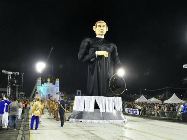 Padre Cícero abriu desfile da Unidos do Alvorada (Foto: Adneison Severiano/G1 AM)