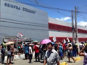 Integrantes de movimentos sociais protestam contra reintegração de posses. (Foto: Natalia Souza/G1)